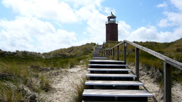 一座八角形红砖灯塔高高地矗立在丘顶,一条窄窄的阶梯栈道与之相连