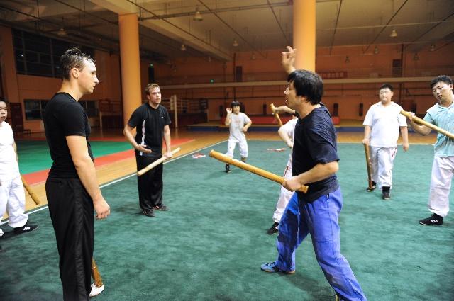 跤馆主教练李德顺老师,具体指导他们的基本功动作要领