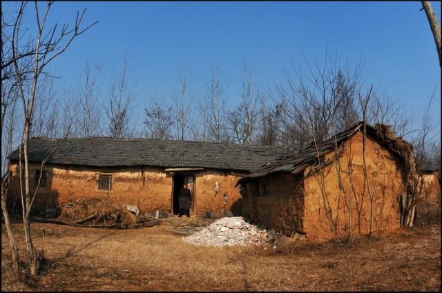 如今的农村,几乎家家都丰衣足食并盖起了小洋楼.