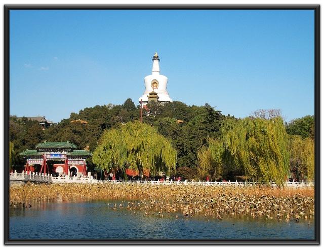 """【团城与承光殿】位于北海公园南门西侧,享有""""北京城中之城""""之称。承光殿位于城台中央,是团城的主体建筑物。其平面呈十字形,前后有方形月台,正中为重檐大殿,殿四面均有单檐卷棚式抱厦,顶覆黄琉璃瓦绿剪边,飞檐翘角,宏丽轩昂。"""