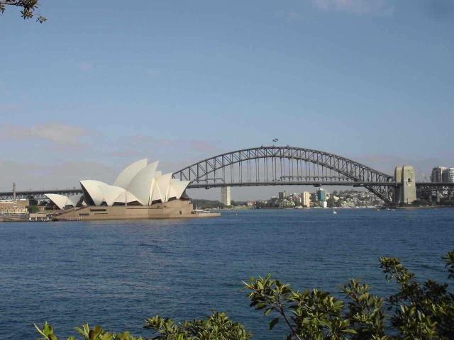 可以看到悉尼塔那时隐时现的闪烁着幽蓝色光柱的塔顶