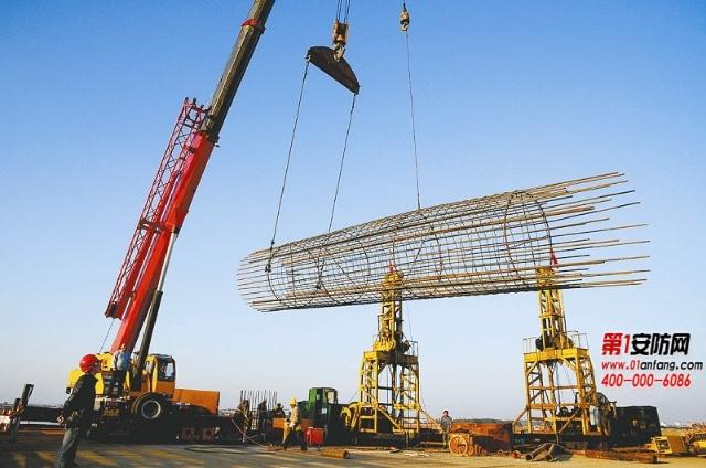 堂而皇之地从电塔工地上拉走了7个重达几吨的钢筋笼