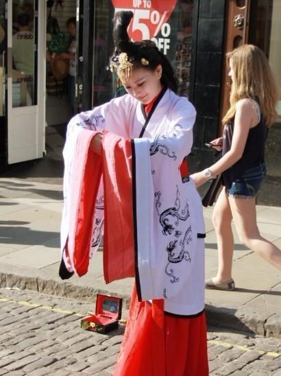 汉服美女英国街头卖艺图