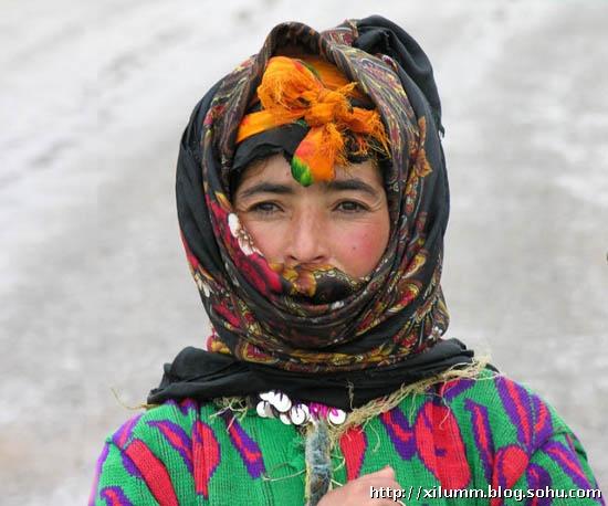 原始部落的成人礼难以接受,女孩第一次献给长老,原因让人心酸