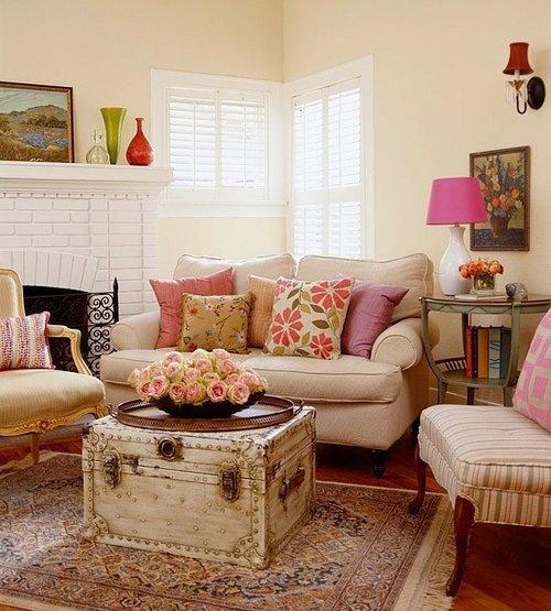 客厅沙发后的绘画作品是叶蓓潘家园闲逛的心得.整个屋子